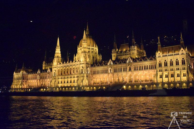 Vistas del Parlamento de noche desde el crucero. Día 1: Madrid - Budapest.