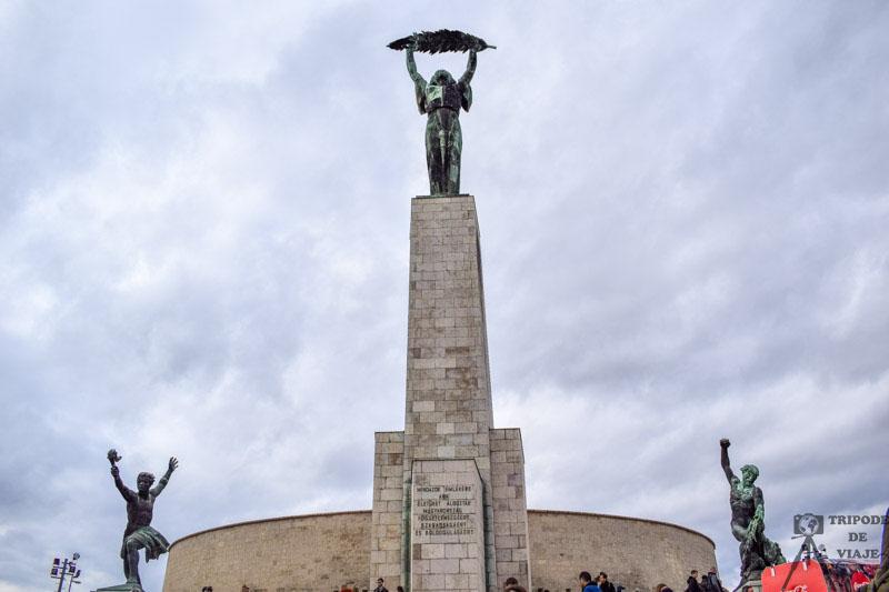Estatua de la libertad en lo alto de la colina Gellért