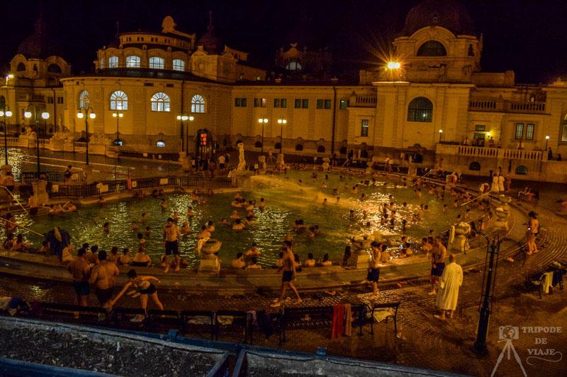 El Balneario Széchenyi mejor visitarlo con temperaturas frías, uno de los consejos para viajar a Budapest.