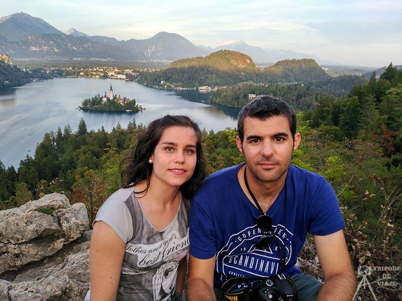Foto en el lago Bled para enseñaros quiénes somo: Pedro y Maribel