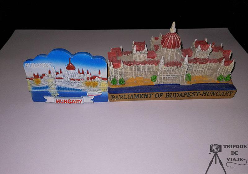Imán y figurita comprados en el mercado central, uno de los consejos para viajar a Budapest.
