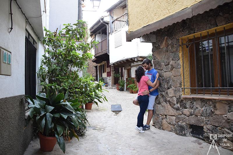 Una de las calles de Villanueva de la Vera adornada con plantas.