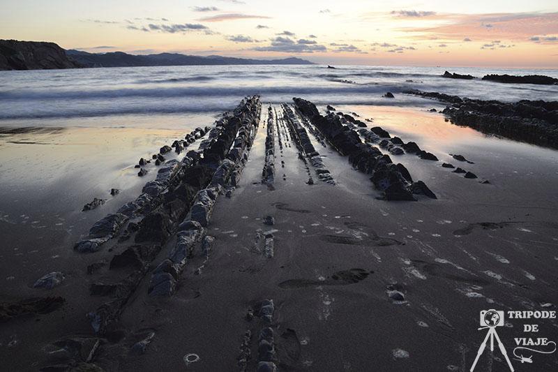 Puesta de sol en la playa de Zumaia con las formaciones Flysch. Los 10 imprescindibles que ver en País Vasco.