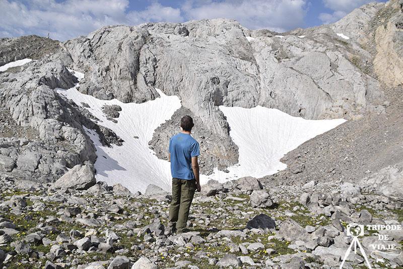 Vistas de los Picos de Europa con restos de nieve.