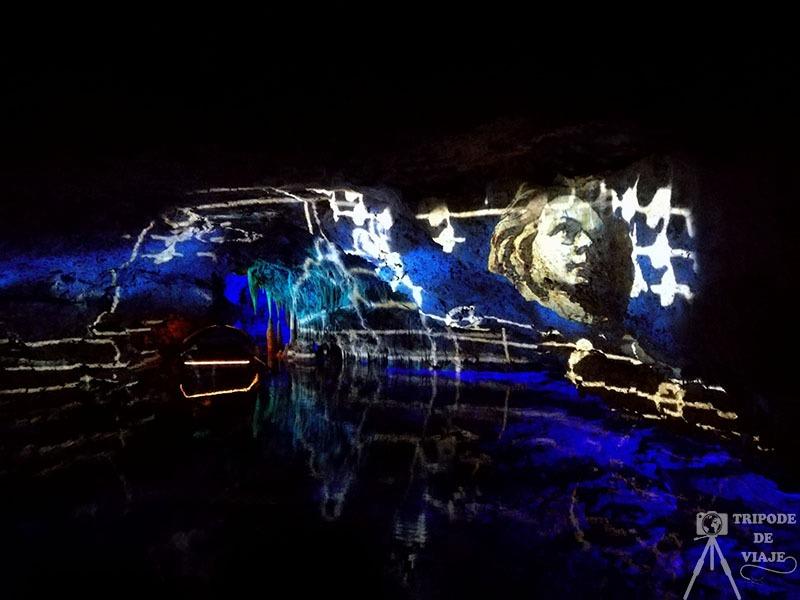 Proyección audiovisual sobre las paredes de la cueva.