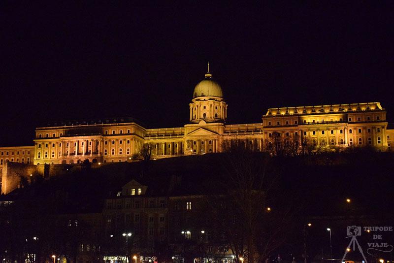 Castillo de Buda por la noche, uno de los 10 sitios imprescindibles que ver en Budapest.