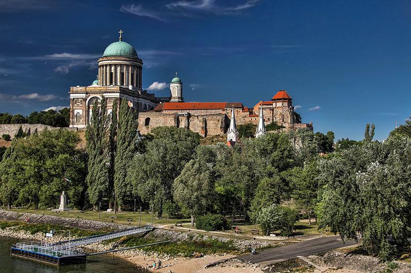 Bonitas vistas de la Catedral de San Adalberto en Esztergom, una de las excursiones recomendadas desde Budapest.