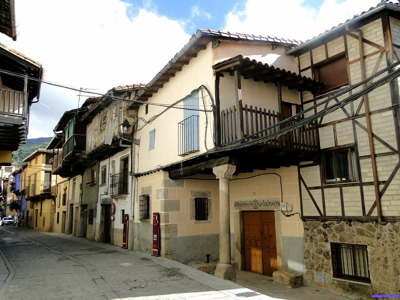 Calle y casas de Garganta la Olla, uno de los pueblos más bonitos de la Vera.