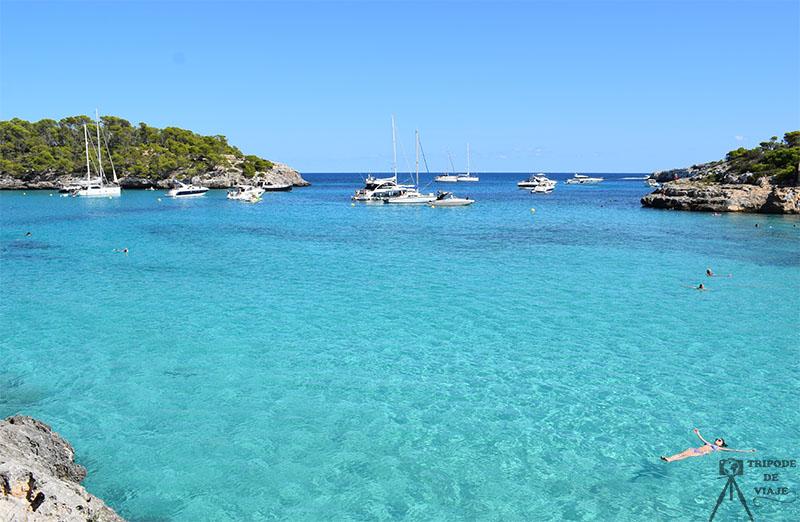 Cala S´amarador, una de las playas y calas que ver en un día en Mallorca.
